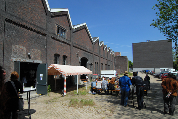 The outside blueish sky parking lot of the Timmerfabriek