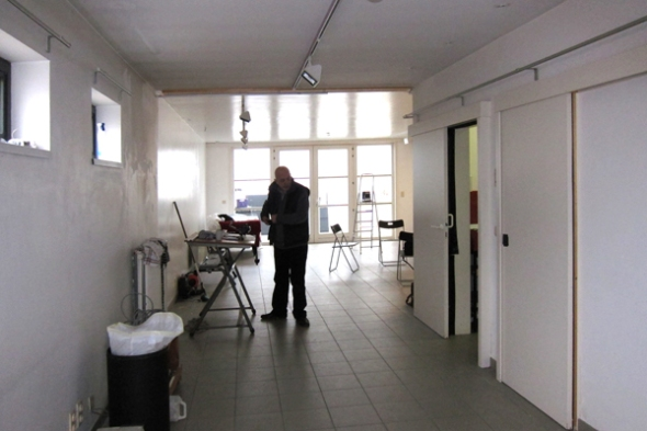 Galerie Zebra - a view into the exhibition space with the daylight studio at the back